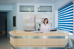 Прихожая работник службы рисепшн отделение скорой помощи и больница и женщина поликлиническия Стоковые Фото