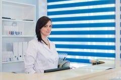 Прихожая работник службы рисепшн отделение скорой помощи и больница и женщина поликлиническия Стоковое фото RF