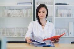 Прихожая работник службы рисепшн отделение скорой помощи и больница и женщина поликлиническия Стоковое Изображение