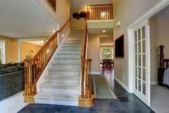 Прихожая с деревянной лестницей Стоковые Изображения