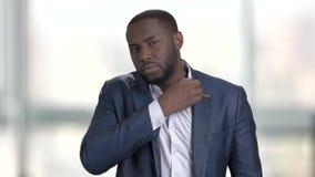 Прихорашиваться черный бизнесмен акции видеоматериалы