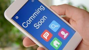 Приходить скоро применение концепции на smartphone Человек использует передвижной app акции видеоматериалы