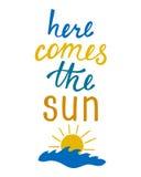 приходит здесь солнце Вдохновляющая цитата о лете Стоковые Фото