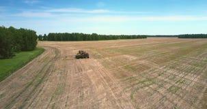 Прицеп для трактора получает химикаты от танка тележки на поле видеоматериал