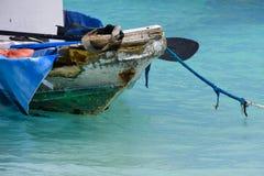 Причаленная рыбацкая лодка в океане стоковые изображения rf