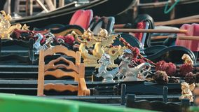 Причаленные в ряд гондолы в Венеции, Италии сток-видео