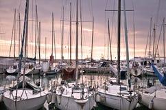 причаленные яхты захода солнца стоковые изображения