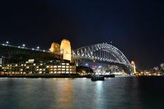 причаленный взгляд корабля порта ночи ЗАТАИТЕ МОСТ Сидней Австралия fields долина вэльс охотника виноградин новая южная australit Стоковые Изображения RF