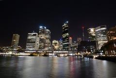 причаленный взгляд корабля порта ночи Круговая набережная и центральный финансовый район Сидней Австралия fields долина вэльс охо Стоковое фото RF