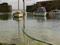 Причаленный в гавани Mousehole, Корнуолл Англия стоковое фото rf