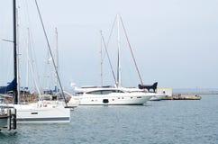 Причаливать белые яхты около пристани морем стоковые изображения