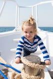 Причаливать корабль Помощь матроса ребенка милая с веревочками плавать смычок Матрос мальчика приключения путешествуя море Ребёно стоковые фотографии rf