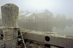 Причал и рыбацкий поселок на туманнейшем утре стоковые изображения rf