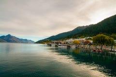 Причал Новая Зеландия Qeenstown, пристань дока на озере Wakatipu, курортный город и пик Вальтер стоковое фото rf