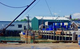 Причал пристани омара Мейна, состыкованная шлюпка, портовый район Портленда Мейна июня 2018 рыбной промышленности работая стоковые фотографии rf