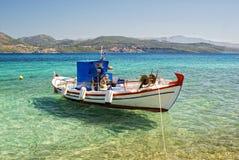 Причаленная рыбацкая лодка в ясной морской воде Стоковое фото RF