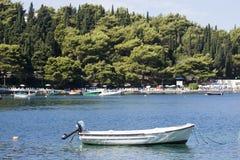 Причаленная рыбацкая лодка стоковая фотография