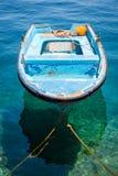 Причаленная шлюпка в море Стоковая Фотография