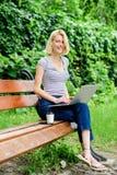 Причины почему вы должны принять ваше снаружи работы Сила звонков природы Работа девушки с ноутбуком в парке Окружающая среда стоковая фотография