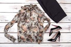 Причудливая блузка и черные striped брюки стоковые изображения