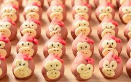 Причудливая голова обезьяны печенья в деревянной плите Стоковое фото RF