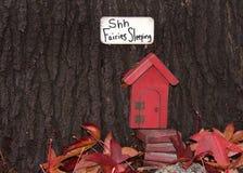 Причудливая красная Fairy дверь в стволе дерева Стоковые Изображения RF