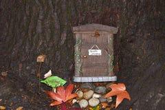 Причудливая Fairy дверь в стволе дерева Стоковая Фотография