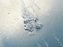 Причудливые картины воздуха, который замерли во льду стоковое изображение
