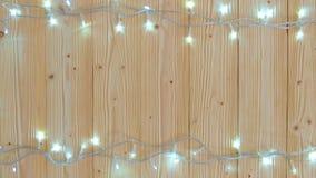Причудливые шарики проблескового светового сигнала или гирлянды и венок на деревянной таблице на рождество или Новые Годы предпос сток-видео