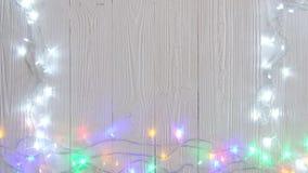 Причудливые шарики проблескового светового сигнала или гирлянды и венок на деревянной таблице на рождество или Новые Годы предпос видеоматериал