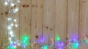 Причудливые шарики проблескового светового сигнала или гирлянды и венок на деревянной таблице на рождество или Новые Годы предпос акции видеоматериалы