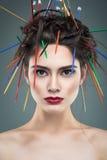 Причудливая девушка с иглами в волосах Стоковое Фото