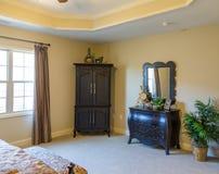 Причудливая деревянная мебель в спальне Стоковое фото RF