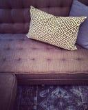 Причудливая софа с декоративными валиками Стоковое Фото
