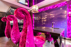 Причудливая столовая с розовыми стульями Стоковые Фото
