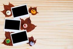 Причудливые шоколады хеллоуина и поляроидные фото и кленовые листы Стоковое Фото