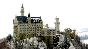 Причудливый замок в замке Нойшванштайна снега в Fussen Германии Европе стоковая фотография