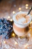 Причудливый кофе latte в стеклянном опарнике Стоковая Фотография