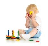 Причудливый ребенк делая зрелища от частей игрушки Стоковая Фотография