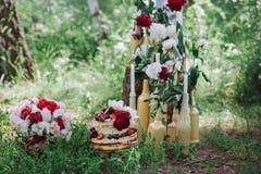 Причудливый торт плодоовощ свадьбы Взгляд сверху Очень вкусная плита плодоовощ outdoors Стоковое фото RF