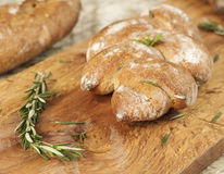 Причудливый хлеб с травами и разделочная доска на счетчике гранита Стоковое Изображение