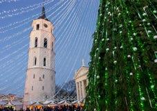Пришествие Литва Вильнюса базара рождественской елки и Xmas в вечере Стоковые Фото