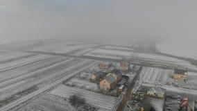 пришла зима Вид с воздуха сельского района, деревни Метод мухы передний, 4k видеоматериал
