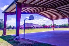 Приюченная баскетбольная площадка на спортивной площадке стоковое фото