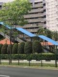 Приюченная лестница к пешеходному надземному мосту стоковые фото
