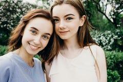 Приятельство, единение, отдых, путешествуя детеныши студента 2 стоковые фотографии rf