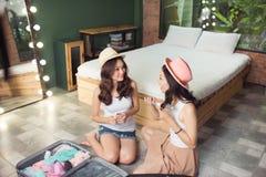 приятельство Путешествия 2 азиатских друз молодой женщины пакуя trav Стоковая Фотография RF
