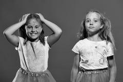 Приятельство ` s детей Дети с ponytails имеют потеху, держат руки вверх Стоковые Изображения RF