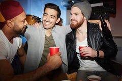 Приятели в ночном клубе стоковая фотография