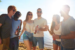 Приятели на пляже Стоковые Фото